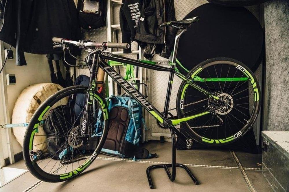 自転車に詳しい方お願いします さっきみつけたんですが、この乗り物なんですか? フロントサスがひとつしかないのってなんでですかね あとマウンテンバイクみたいにタイヤはあんまり太くはないですよね これってどういう系のブツなんですか フォークがひとつ(?)しかないんですがちょっと怖くないですか? 折れちゃわないか心配ですどう思いますか?