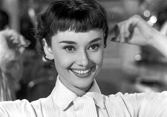 「ローマの休日」オードリー・ヘプバーンの歯並びについて 「ローマの休日」でヘプバーンの歯並びが変わっているのに 気付かれたでしょうか? ジョ―の部屋で目覚めた時、ロングヘアーの時は 前歯の歯並びが乱れていたものの、 美容院でショートカットにした時は 歯並びが綺麗になっています。 矯正するには時間がなかったはずで この時のオードリーの歯の治療について 情報があれば教えて下さい。