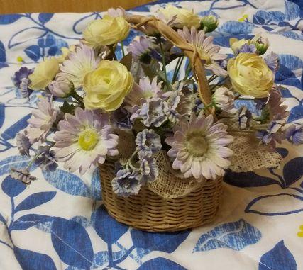 添付画像のような花の置物は何という名前ですか? 花の置物で花は本物の花ではなく布で作られた花です。 どこで売ってますか? amazonで売ってますか? ホームセンターに売ってるでしょうか?どこの売り場に売ってるでしょうか?
