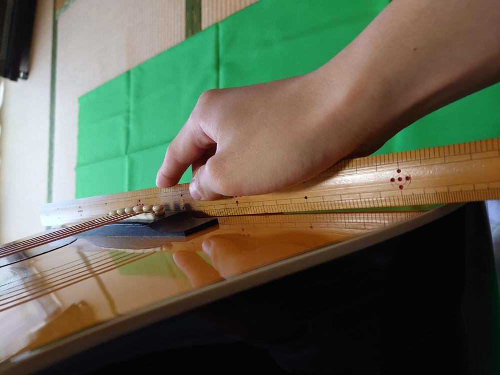 アコースティックギターのボディートップの膨らみについて 添付画像の通りアコギと定規の間には、両端に2mmほどの隙間があります。これはトップが膨らんでいるって事でいいんでしょうか?また、このくらいは許容範囲なのか教えて貰いたいです。 弦高は6弦12フレットで3.5mm程です。ハイフレットでの演奏が若干厳しいので調整を考えています。リペアショップに持っていけば色々と調整してもらえますか? 保...