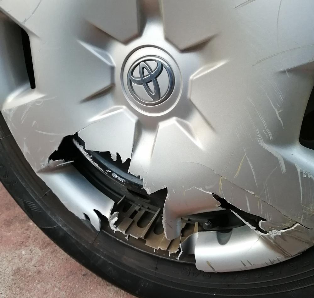 ブロックで損傷したホイール(プラスチック)のまま走行しても大丈夫でしょうか。 自宅車庫を出るときにブロックでこすり、左後輪のプラスチックホイールが損傷しました。すぐには修理できず、明日遠出があるので、家族がホイールの破片が飛んで他の人や車にあたるようなことはないだろうかと心配しています。 遠出は、一般道で片道11キロ、時速は50キロ程度です。車はカローラフィールダーです。写真添付しましたの...