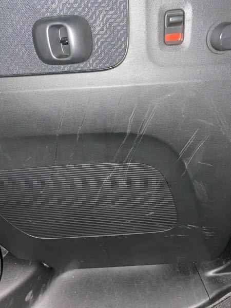 車のドア内側の傷について 後部座席に自転車を乗せたりしたいたらこんなに傷が入ってしまいました。。 これをキレイに直す方法はありますか?? また、修理に出すといくらぐらいかかりそうですか??