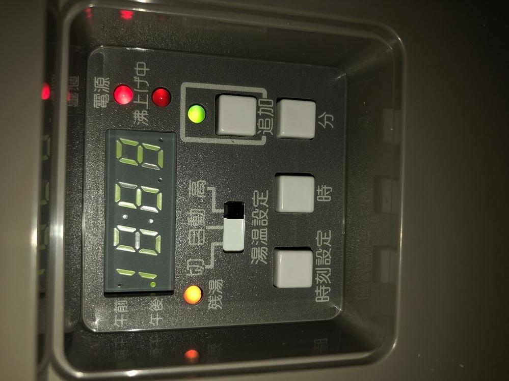 タカラスタンダード電気温水器EM-2024K-Rを使用しています。 (1週間前に取り付けたばかり)取り付けた次の日はお湯が出なく業者の方に見てもらい追加湯沸かしボタンを押してその日の夜は使えるようになりました。 朝になると手で触るとあったかいと感じる温度のお湯しか出なくなっており(水と混ぜなくてもお湯の蛇口のみでずっと触れる温度) その日の夜も同じ温度でした。それから毎日その程度のお湯しか...