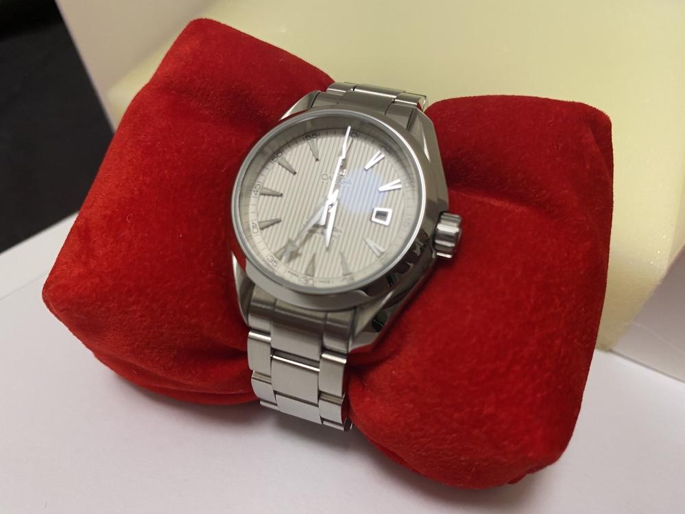 部屋の片付けをしていると10年以上前に親戚の方からいただいたオメガの時計が出てきました。 売却を考えているのですが検索しても商品名や当時の価格が分かりません。 分かる方いらっしゃいませんか?