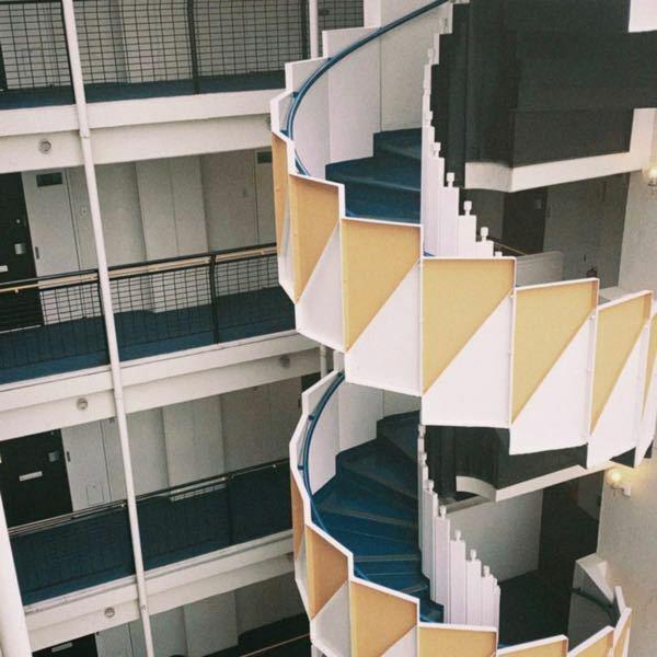 写真の場所を探しています。 こちらのレトロな螺旋階段がお洒落な建物が気になるのですが、どこかわかる方いらっしゃいますか?