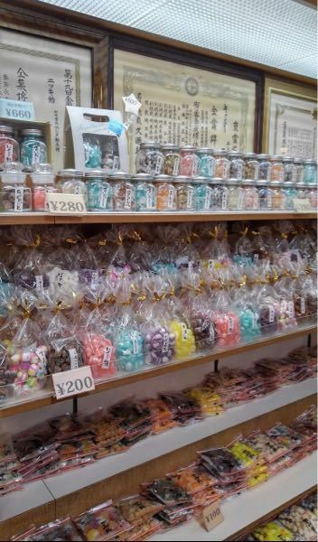 写真は埼玉県熊谷市にある「ニシダ飴」さんのですが 写真のような丸い形で色んな味のある飴がある飴屋さんで神奈川や東京にあるところで知ってる方いたら教えてください。 ちょっと埼玉まで行くのは遠いというか このご時世遠くまで行くのはダメかなと思い 少しでも近くにニシダ飴さんのようなこういう形の色んな味があるお店があったら知りたいなと思い質問しました。わかる方いたら教えてください!