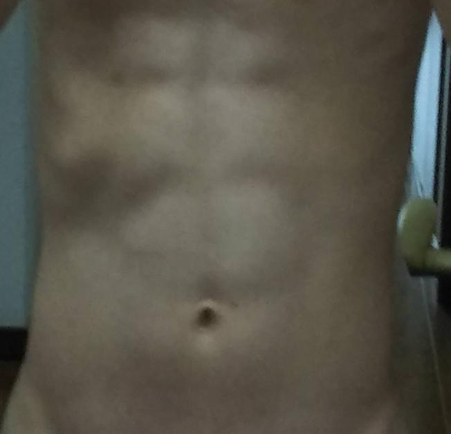 暗くてすみません。この腹筋は板チョコのように割れて見えますか?