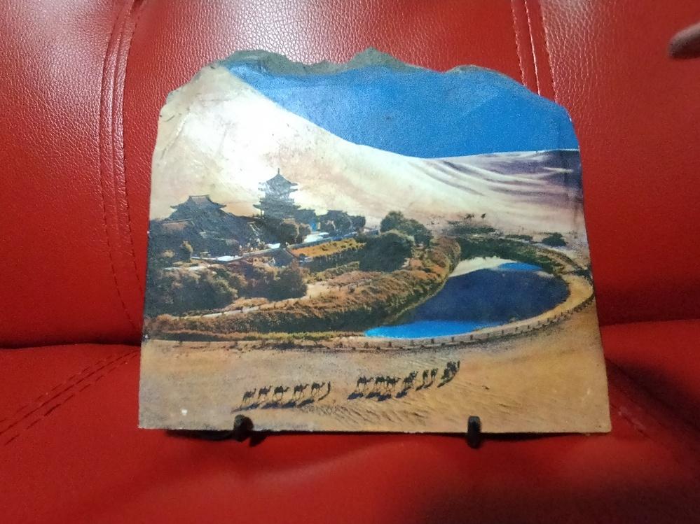 この置き物を貰ったのですが どこの国の風景でしょうか? 砂漠にラクダが連なっていて 水路に囲まれたお寺が建ってます。