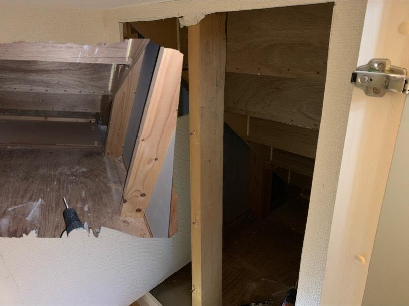 階段下収納を拡張するために収納庫の中の壁に穴開けました。 仕上げについてアドバイス頂きたく。 階段の段々すべて有効活用するには、石膏ボードを段々に合わせて一枚一枚貼り付けでしょうか?手を抜くには斜めにボードを貼り付け? 石膏ボードを板に貼り付けるにはどうすればいいでしょうか? 床と、真ん中にある柱の扱いについてもアドバイス頂けると助かります。 全体写真と穴開けた中の写真を添付します。貼り付...