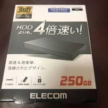 ELECOM の外付けSSD 買ったのですが、 HDDの4倍早い、、って 真っ赤な嘘ウソです! ベンチマークテストしましたが、、逆です! HDDの4倍 【遅いっ!】 です。 もちろん USB3...