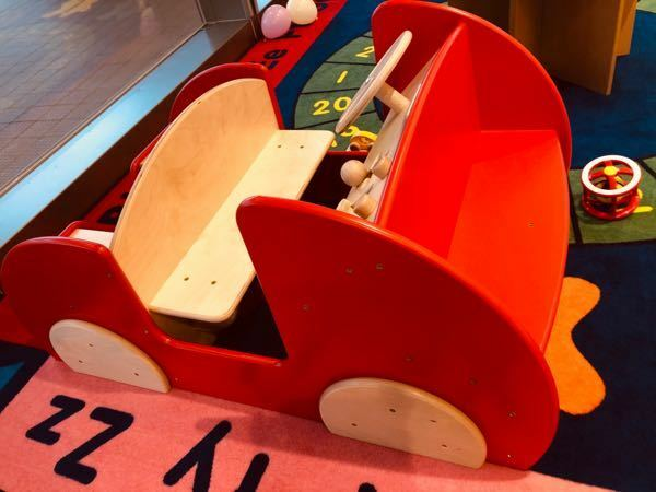 このおもちゃってどこに売ってるのでしょうか? 車の形をしていてベンチになっています 置いてあるおもちゃが全てボーネルンドのものなのでそうかな?と思ったのですが、ネットなどで調べたけれど出てこなくて 初めて見たので気になったため質問させて頂きました