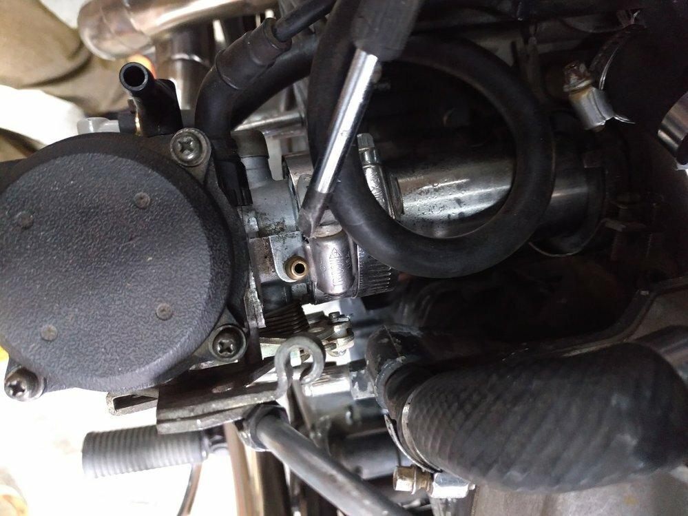 カワサキバルカン400のキャブレターについて質問です。 キャブ上部の穴は何の為に付いていますか?マニホールド側にあります。 カスタム車両ですので元は何が付いていたのかはわかりません。 空気を吸い込んでいます。 塞ぐとエンジンの吹け上がりも良くなるので塞いでもいいのでしょうか? わかる方教えてください。