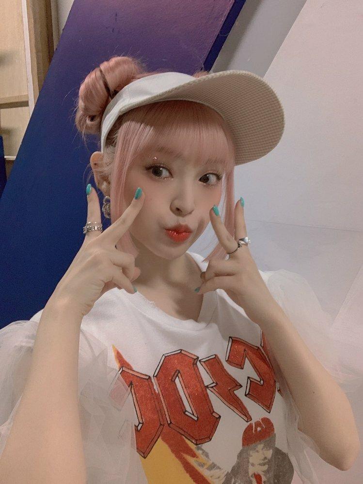 韓国で頑張ってる日本人K-POPアーティストについて、 ルナソラというチームにユウリって名前の日本人がポップなルックスで頑張ってるんですが何故全然売れないんでしょうか。このままじゃちょっと危ないな~と思います。他も文句はないくらい可愛いですが会社がちょっとあれなんですが、何故ああいう会社に入ったのでしょうか。またこれからの予測や彼女の前のキャリアについて教えてください。 質問にないことも教え...