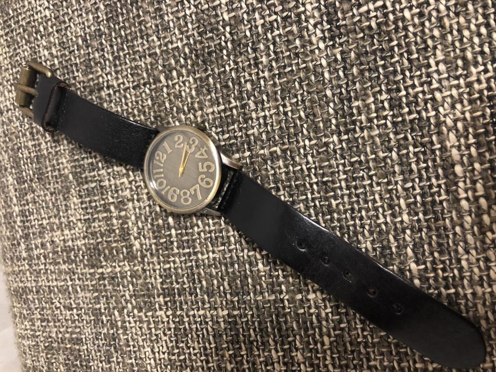 画像の腕時計のメーカーや型番などわかる方いましたら教えてください。 よろしくお願い致します 裏には STAINLESS STEEL BACK MADE IN CHINA とだけ書いてます