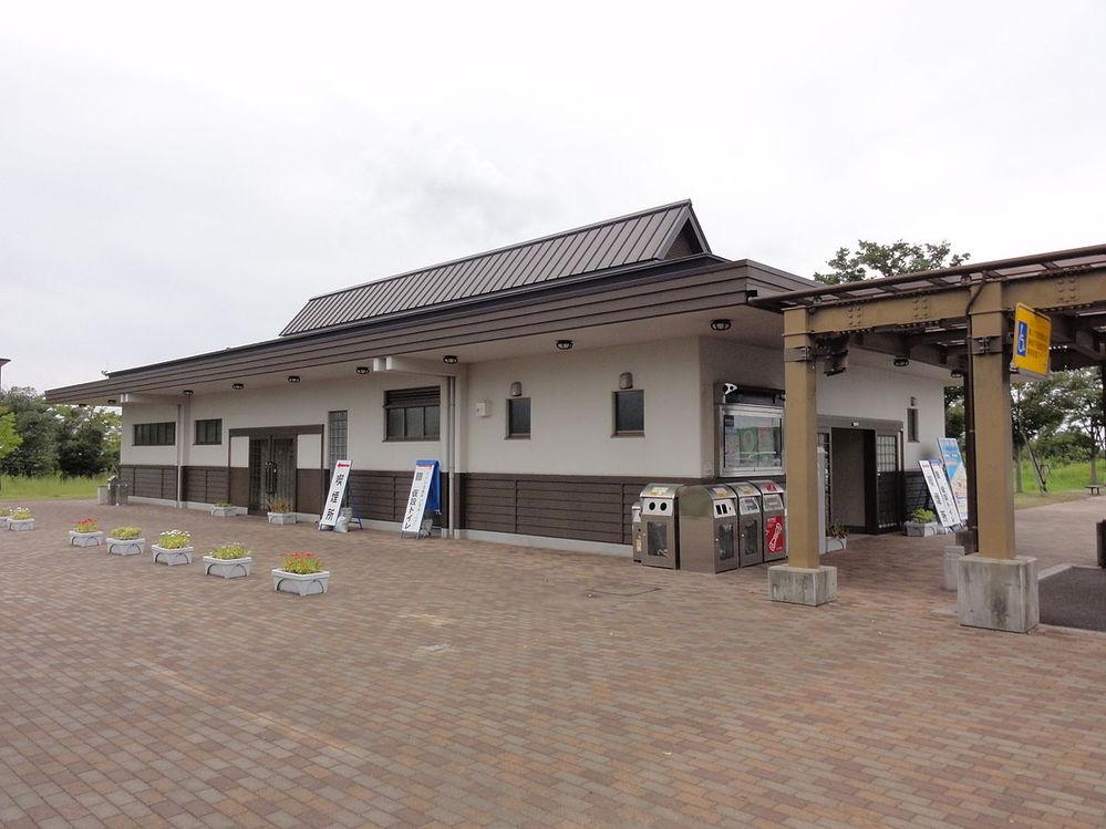 日本海東北自動車道の豊栄SAは本来なら「PA」を名乗るべきだったのでは? ご覧の通りトイレと自販機しかありませんので。