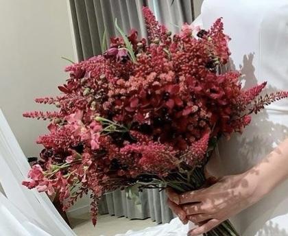 ウェディングブーケでお花屋さんにこちらの画像のブーケを注文したいです。 使われてる花の名前が分かれば教えてください。