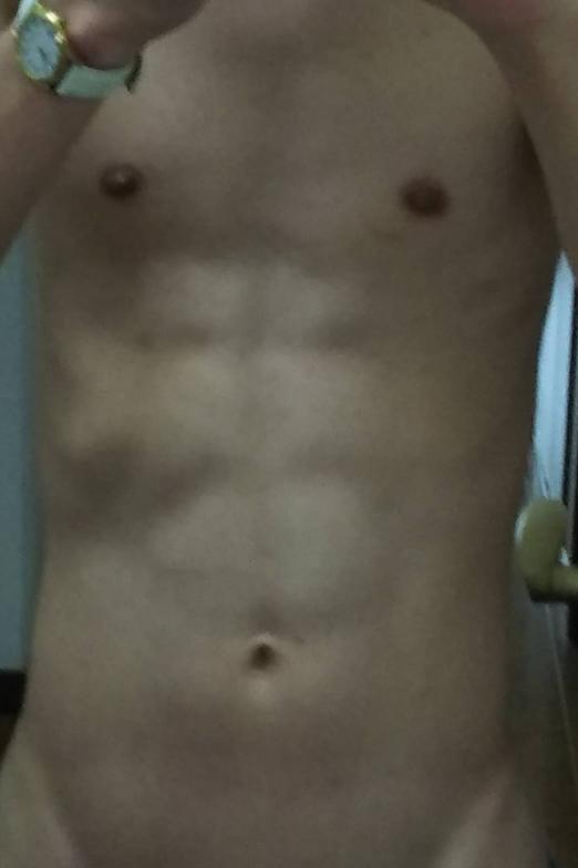 この腹筋は見事に割れていますか?この腹筋を触りたい人はいますか?