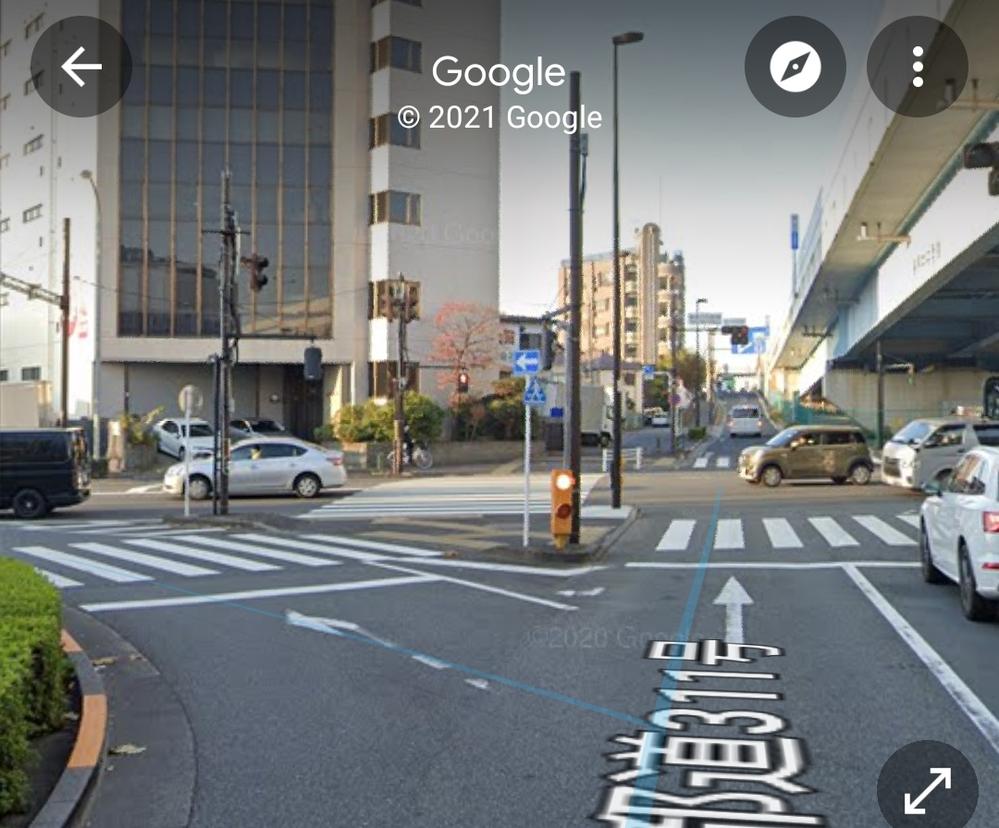 これ一方通行の標識ですよね? 左折用のレーンがありますが、「ははーん、左折可の標識と一方通行の標識は引っ掛けだが、間違わないぞ!!」 と思って信号が変わるまで待っていましたが、後ろから来た車は...