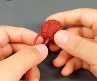 こういう紐でできた玉?を作りたいのですが、なんて名前なんでしょう? また、この太さの紐は百均でも売ってますか?