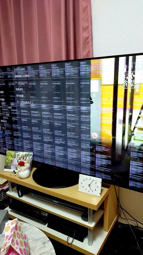 テレビを買ったその日に画像のような線が入ってしまいました。 これは故障でしょうか? 設置等は自分でしました。電源をつけ直したり、アンテナが変ではないか等、確認しています。