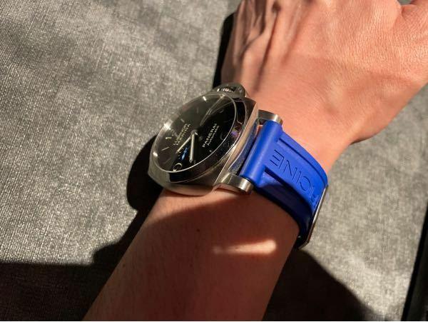 パネライで、ブルーのラバーは若干安っぽく見えますか? 夏とかなら、ラフなスタイルに爽やかにいけそうな感じはしますが、気分転換的には良い色でしょうか? 結局は好みの問題だとは思いますが。