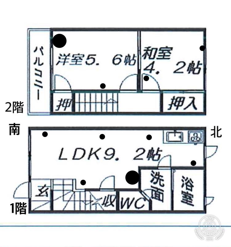 この間取りに対して家具の配置をご教授いただく思います。二人暮らしです。 丸い点がコンセントの位置で大きい丸がテレビアンテナ線です。 置きたい家具:1階にテレビ、テレビ台、2人掛けソファー、ダイニングテーブル、食器棚、冷蔵庫、小物を入れるための棚、玄関から丸見えになるので、それを遮る為の何かがほしい。 2階にダブルベッド、サイドテーブル等の棚 2階は洋室にベッドを置いて和室を物置というかタンスとかを置きたいです。 皆さんなら、どう配置しますか? 家具の向きも含めてご教授ください。