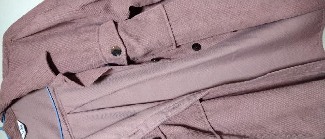 淡いサーモンピンク?の様なピンクの薄いコーデュロイのシャツがあるのですが、この時期にデニムのGジャンなどの代わりに羽織るのはおかしいですか??