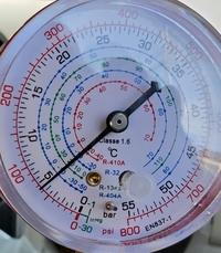 カーエアコンの高圧側の圧力が画像のとうりなのですが、高いですか?低いですか? 軽自動車です。 画像は低圧と高圧に繋いでエアコンを回した状態のゲージです。  冷媒ガスはR134aなのですがメモリの単位が色々ありすぎて何がなんだかわかりません。 正常な場合、高圧側は1.3くらいらしいです。 ゲージにはR134aのメモリがありますが、20あたりを指しており単位がどれなのか、低いのか高いのかわかりません。