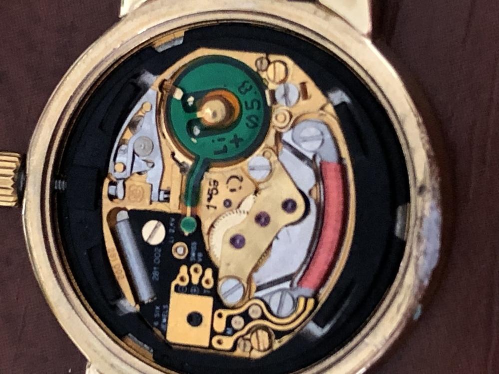 20数年前のオメガデビルのムーブメントなんですが 壊れてるので自分で交換して何とか動くようになればなぁなんて思うのですが どこを見ればム ーブメントの型番とか分かるのでしょうか? 最近時計の分解とか好きで趣味で始めたのですが 動画でよくムーブメント購入して 交換とか見るので自分でも出来るように思えました 分かる方宜しくお願いします