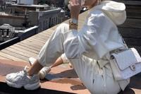 スニーカーに詳しいひと教えて下さい(๑>◡<๑) この写真のスニーカー、アディダスだと思うのですが品番や名前わかる方いませんか?( ; ; )