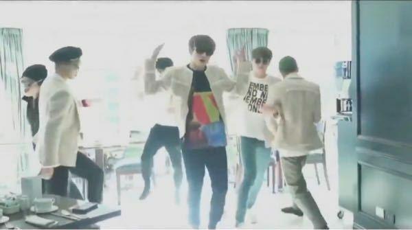 腕を組んで回ってるダンスなんですけど、なんて言う曲名ですか??教えていただきたいです! BTS RM JIN SUGA J-HOPE JIMIN V JUNGKOOK