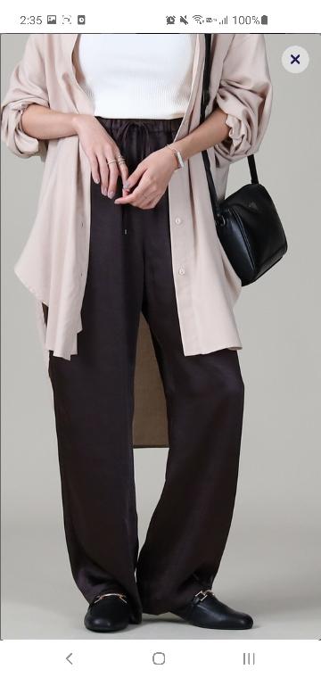 このサテンパンツを夏にタンクトップとすかし編みカーディガンと一緒に着てたらおかしいですか? このサテンパンツは7月、8月に履くのにはむいてませんかね?