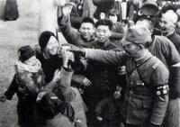 南京大虐殺についてお聞きします。 日本兵と南京市民が楽しそうに写っている写真があります(添付)。日本兵が多くの市民を虐殺したのならこんな事は考えられません。肯定派の人たちはどう説明しますか?  ↓日本兵...