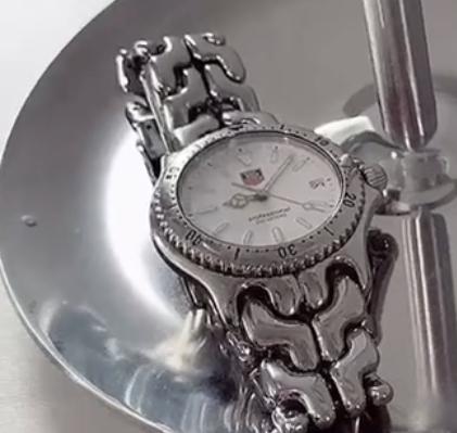 この時計ってどこのブランドのなんて商品ですか?よければURLもお願いしたいです。
