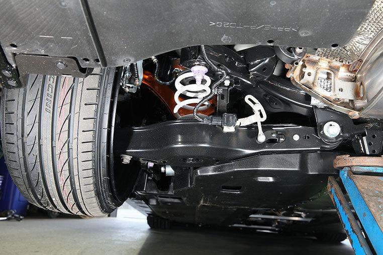 なぜクルマのサスペンションアームて鉄製なのですか。 ・・・・・・・・・・・・・・・・ バイクでクルマのサスペンションアームに相当する部分はスイングアームだと思いますが。 バイクのスイングアームて...
