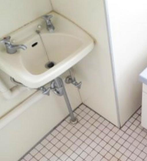 混合栓に改造出来ますか? 冷水と温水が別々の蛇口から出てくるため使いづらいので自分で交換は可能でしょうか? また、どんな形状の物がお勧めでしょうか? 何を揃えるべきか等もご教示頂けると助かります。