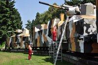 上部のT-34戦車砲塔の主砲付け根上部にある駐退器のような筒状の物は何ですか?