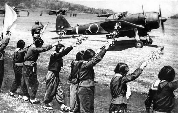 この写真は鹿児島県知覧基地から特攻出撃する穴沢利夫陸軍少尉搭乗の「隼」戦闘機として有名な写真ですね。 知恵袋を見ていたら、「この写真は戦意高揚の為に作られた合成写真だ。戦闘機の影が不自然だし見送りの女生徒たちの影が見えない」と言う投稿がありました。私には不自然に見えませんが、皆さんの御意見はいかがでしょうか?