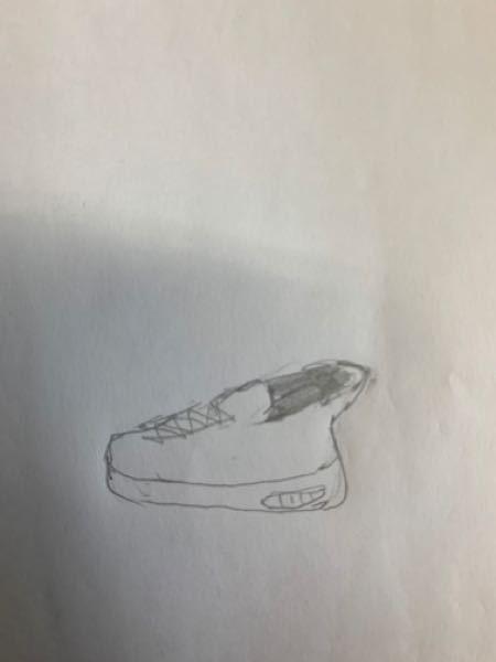 街で見かけたスニーカーを特定したい(ハイテクスニーカー) 160センチくらいの女性が履いていました 足首のところに結構大きめのプラスチックのディスクみたいなのがついていて、後ろに迫り出しています 私が見かけたのは黒一色で、素材はレザーのようでした 靴の内側にはクッションがついていたので、ディスクは機能のためというよりは装飾目的かなと思います それくらい大きいです 少ない情報ですが、ご存知の方いましたら教えてください。
