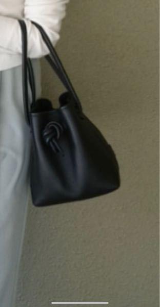 このバッグはどのブランドでしょうか? お値段もわかればお願いします。