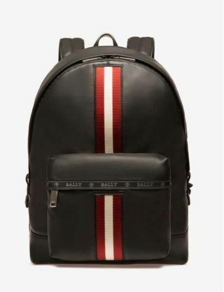 画像のBALLY(バリー)の赤白ラインの入ったリュック?バックパック?を20代後半の男性が持つのはどう重いますか? リュックではないですが、赤白ラインの入ったバッグを持っている方を見掛けてるのですが、ほとんど年配の方でした。 感想お待ちしております。