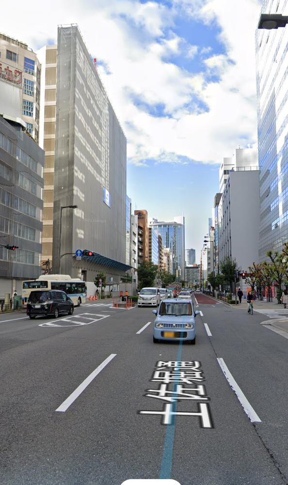 これは信号機の設置ミスでしょうか? 画像左側のバスのところに横断歩道があります。(歩行者用信号もあります) 分かりにくいですが横断歩道は画像右側の歩道までつながっています。 でも画像右側の道路には車用の信号がありません。 信号がないので歩行者用信号が青の時でも車は通り抜けて事故になりそうな場面を頻繁に見かけるし、渋滞して車が横断歩道に止まることもよくあります。 何年も前からそんな状態です。