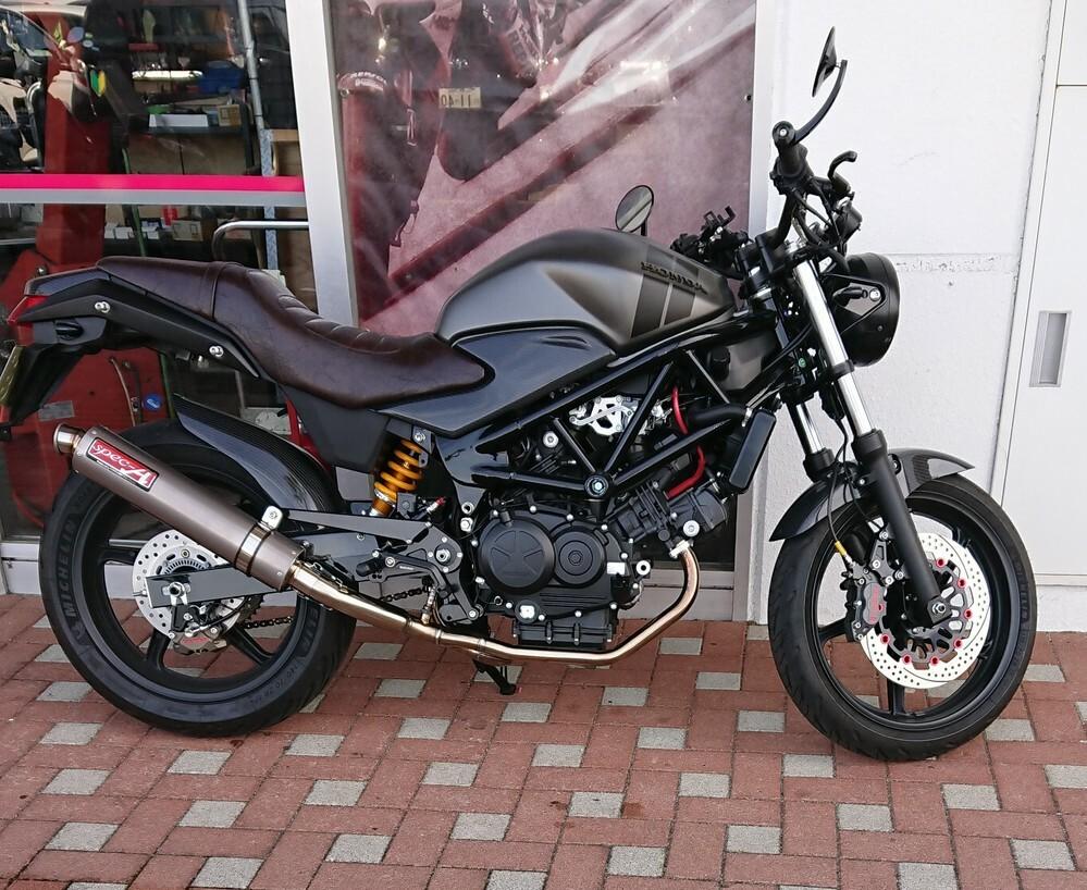ホンダのバイクですが、名前が分かる方がいらっしゃいましたらお願いします。 座るところも革素材のようでして、純正であるのでしょうか? かっこいいなと思いまして(笑)
