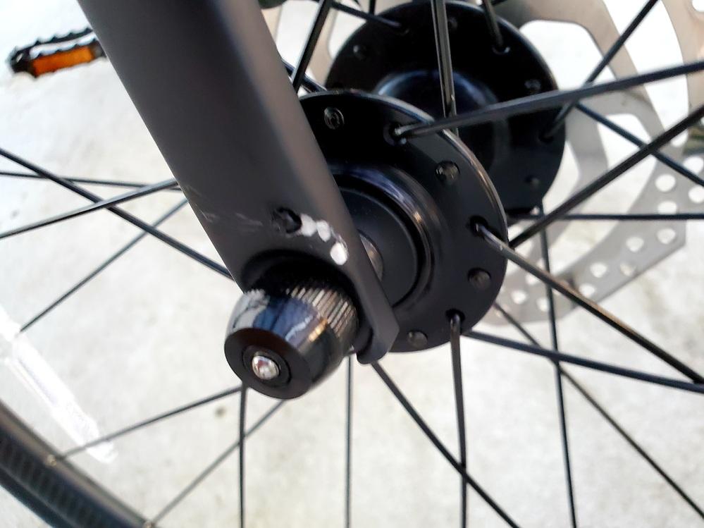 見ていただき有難うございます! 3週間前ほどに購入したgiant escape rx disc 2021 で楽しくサイクリングをしていた時のことです。 私の不注意で前の急ブレーキした自転車に気づかず、フロントフォークを前の自転車のスタンドにぶつけてしまいまい、傷がついてしまいました。あと何か黒くて丸いものもちぎれてしまいました。 これはどう対処するべきなのでしょうか、もしかしたらクラックの可能性もあるのではないかとビクビクしています。詳しい方がおりましたら、教えてください。