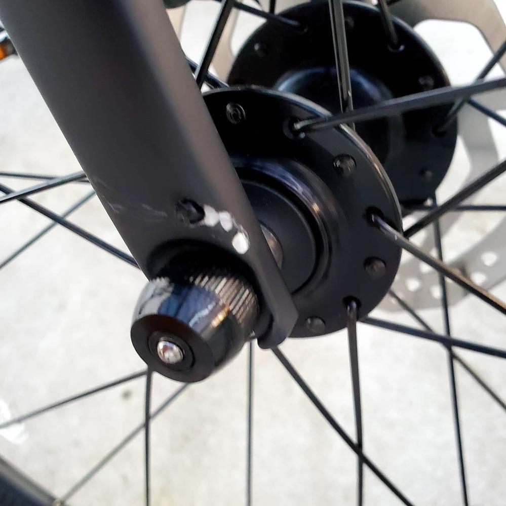 2021年式のrx discです。 前の自転車の急ブレーキに対応できず、フロントフォークをその自転車のスタンドにぶつけてしまったのですが、これはクラックの可能性はありますか?