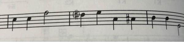 和声 理論と実習 バス課題にたまに出てくる(#)、(♭)、(♮)はどういう意味なのでしょうか? 任意で選んで良いという意味でしょうか?