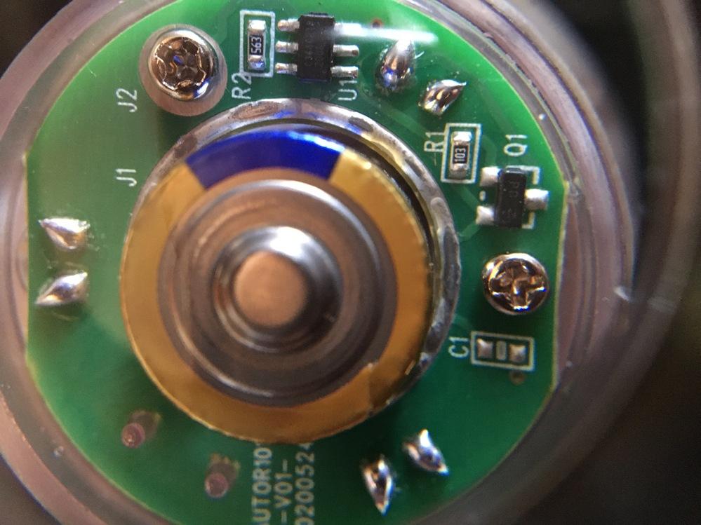 単3電池二個を使った水中ライトです。 現在、通電状態で点滅しているのですが、これを連続(点きっぱなし)にしたいのですが、どちらかのICを直結すれば良いのでしょうか? 電気回路に詳しい方、教えてください。