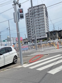 質問です。 お店のすぐ目の前に横断歩道がある道で、 画像の赤い部分で信号待ちをしていたら丁度お店の方が車でやってきてクラクションを3回も鳴らし「ここは店の敷地なのでこんなところで止まるな」と言われま...