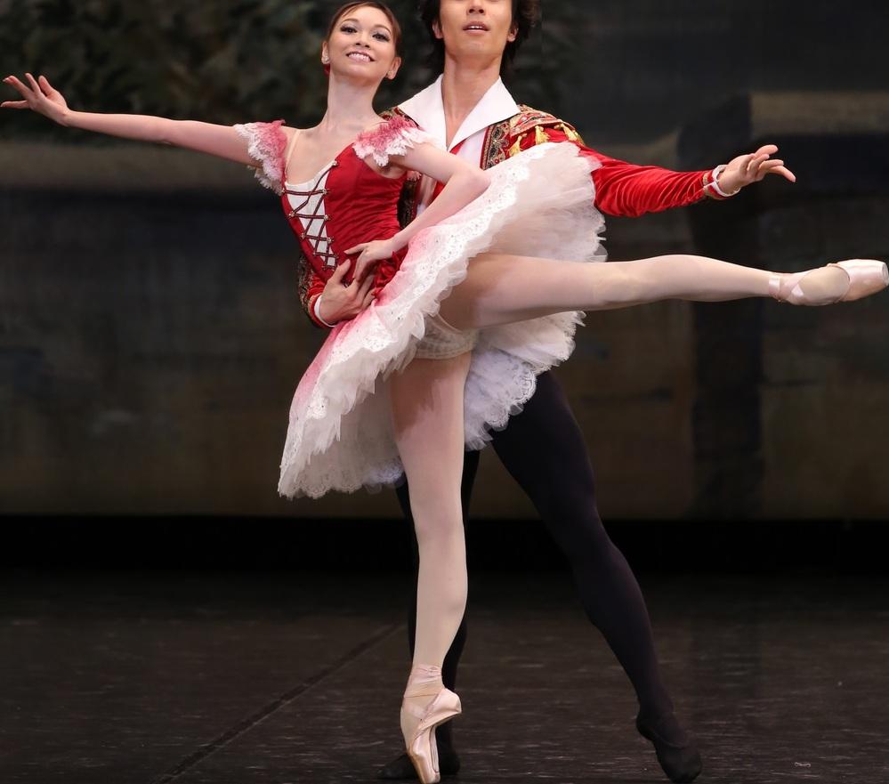 バレリーナの女性は、バレエ踊る時にパンツが見えて恥ずかしくないの? . この女性は、舞台でクラシックバレエを踊っていますが、 衣装のスカート(チュチュ)の中のパンツを見せてしまっていますよね。 ...