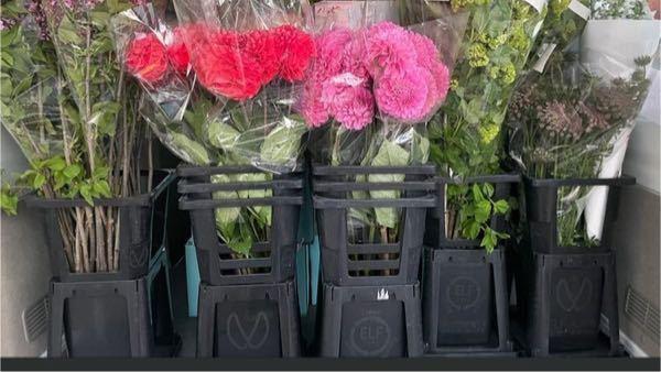 こういうバケツを購入したいのですが、名称はなんというのでしょうか? 「花 バケツ」と検索してもなかなか出てきません。 よろしくお願いします。